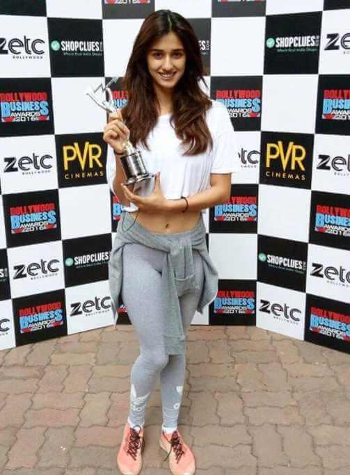 Disha Patani with award Photo