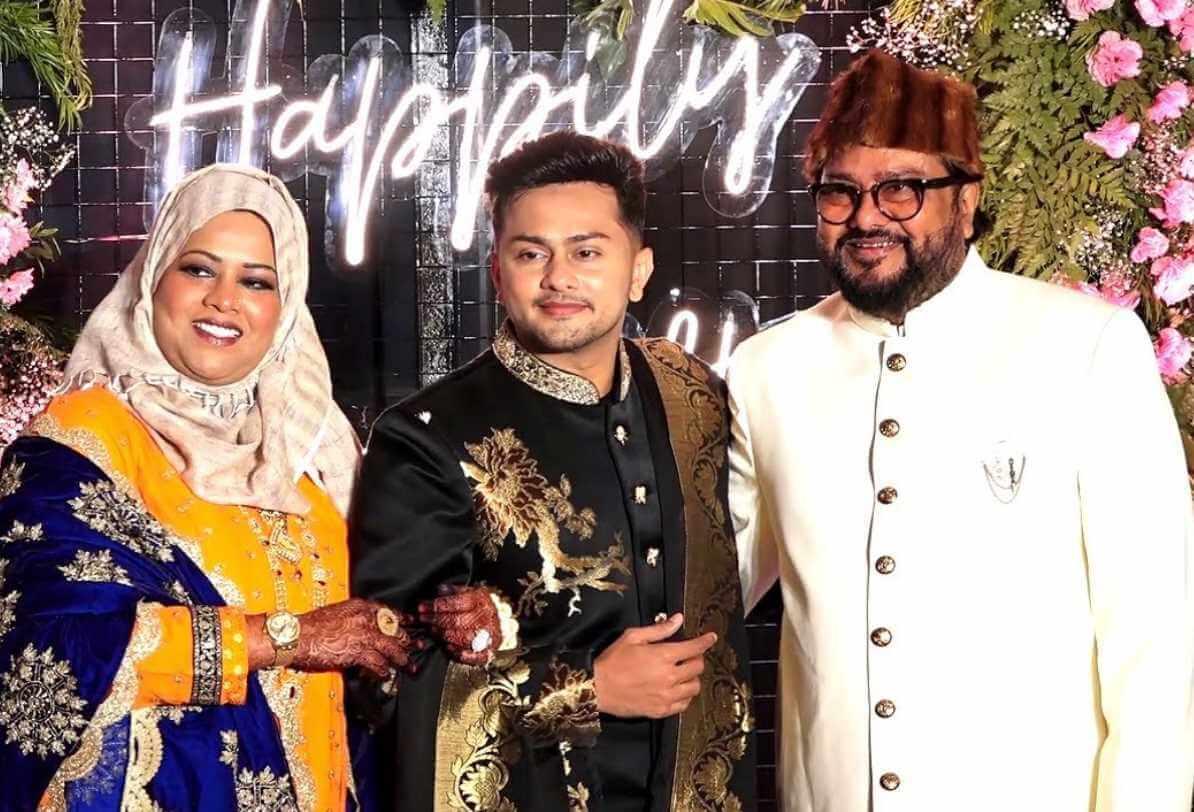 Awez Darbar with his Parents Photo