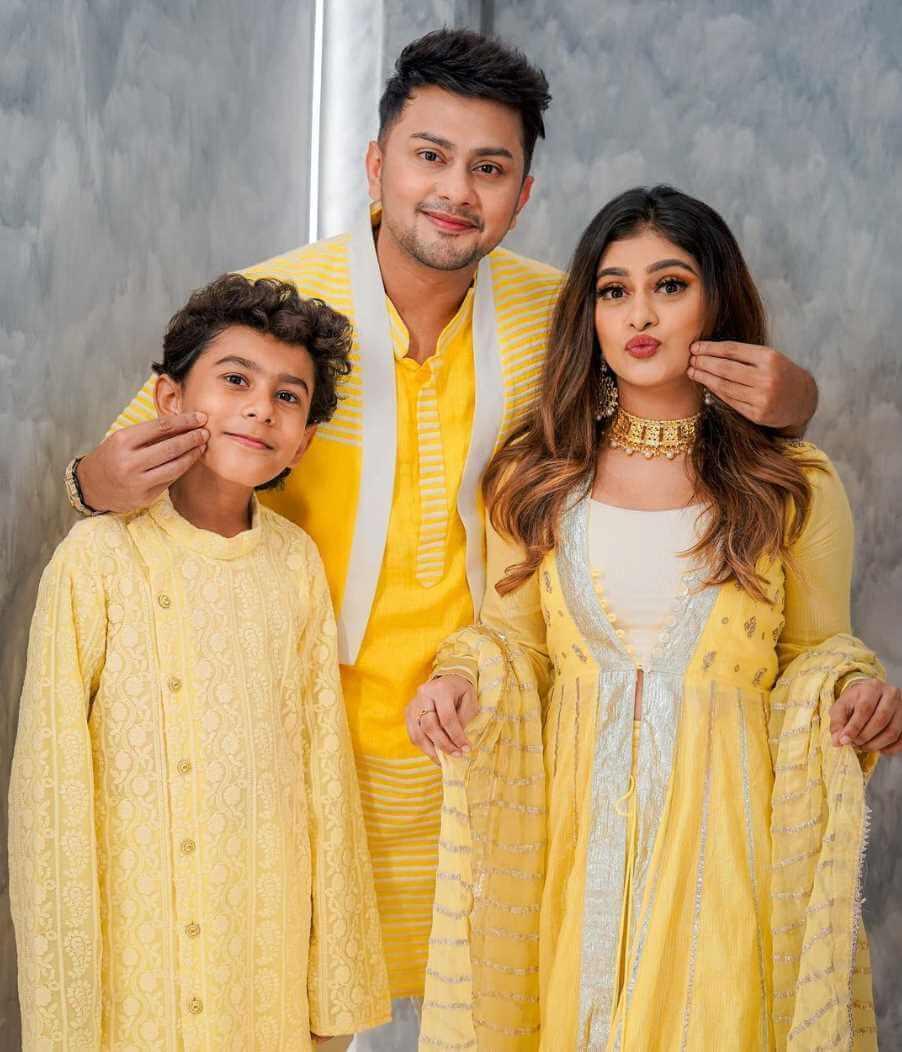 Awez Darbar with his Siblings Image